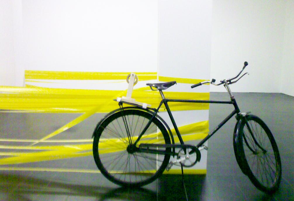 roman-signer-hamburg-fahrrad-gelbes-band-radpropaganda