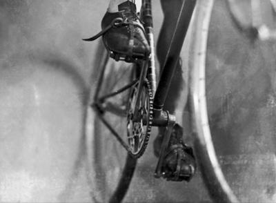 Between 1930 and 1935, this drive mechanism has no derailleur. Until 1937, derailleurs were forbidden on the Tour de France by Henri DESGRANGE.  Keystone/Eyedea/Everett Collection